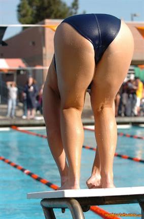 競泳水着でケツ丸出しの女エロすぎん?